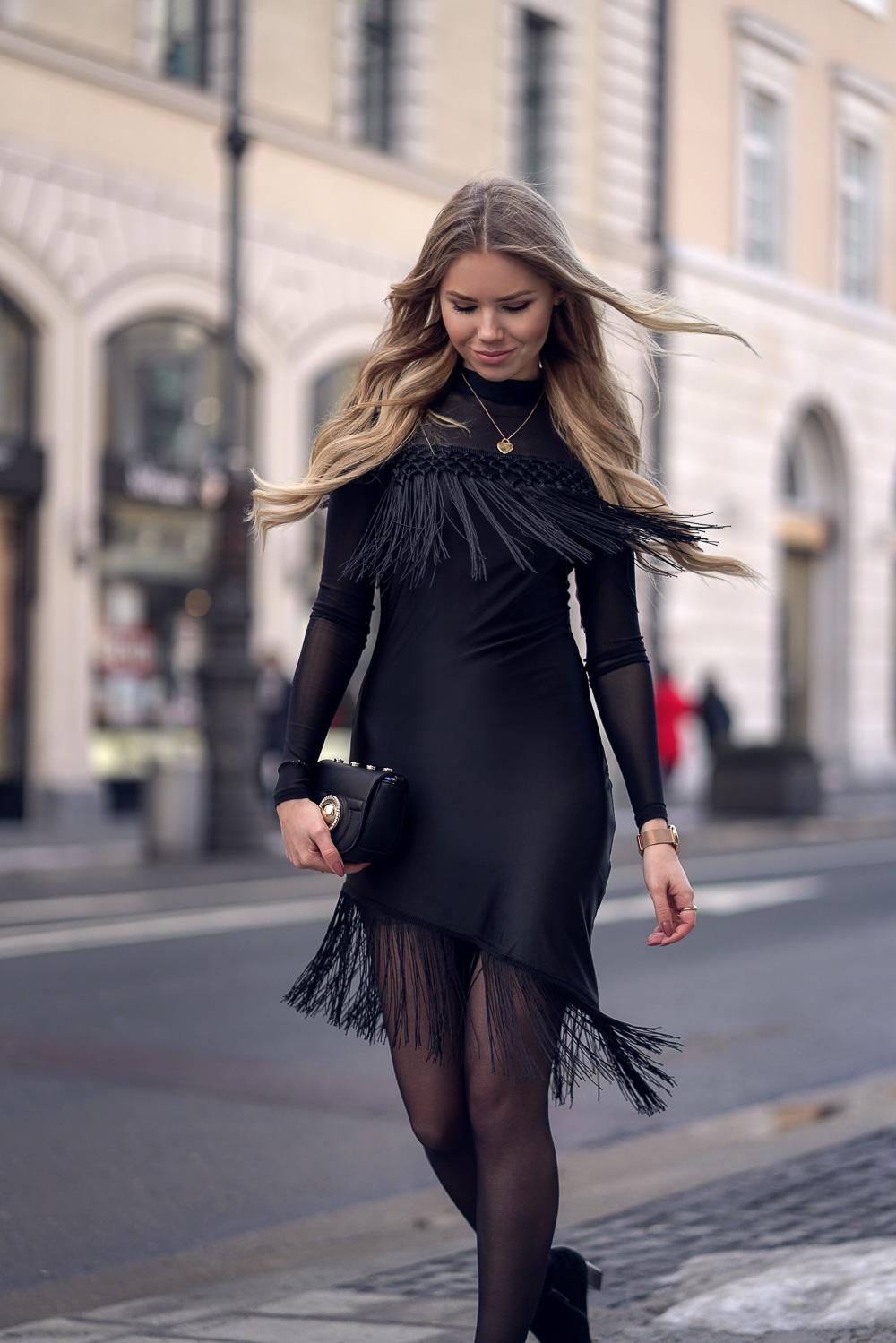 Fransen Details auf einem glamourösen Kleid-Tiffany Kette-Versace Tasche