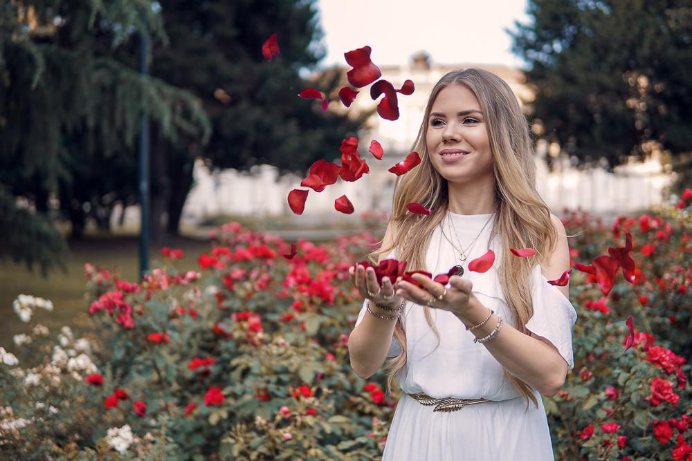 Modeblog München-Boho Style von Bonprix-weißes Boho Kleid-goldener Taillengürtel-Mehrreiige Kette