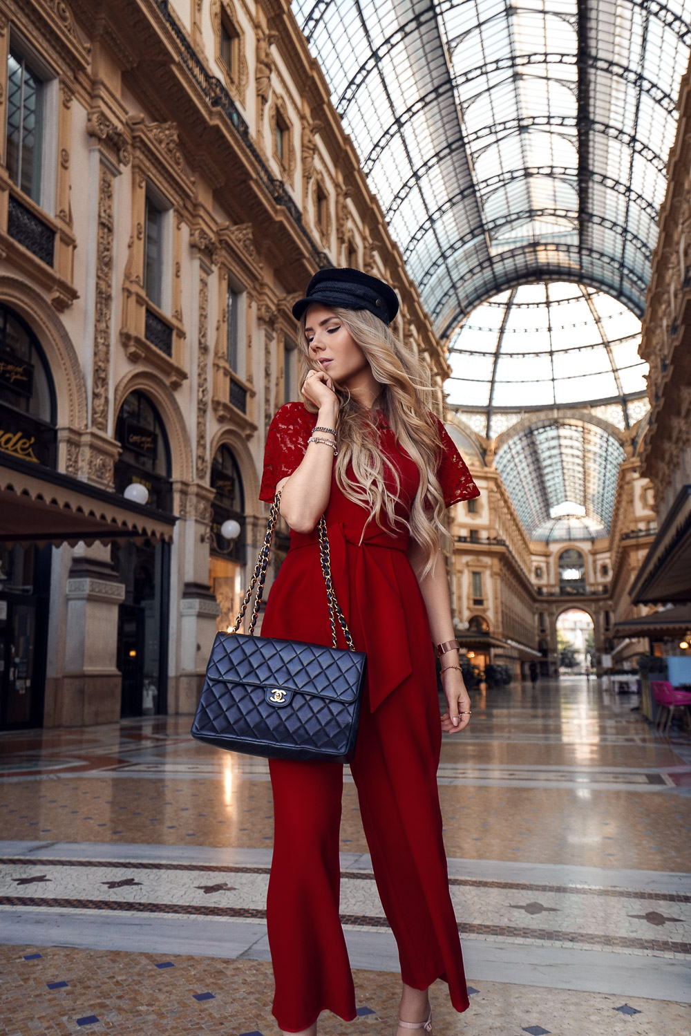 Roter Jumpsuit-Chanel Tasche-Baker Boy-Mailand
