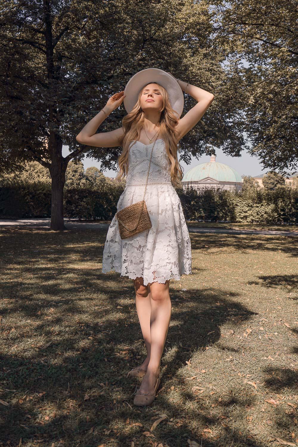 Blogger München-Sommer Outfit-Weißes Spitzenkleid mit Hut