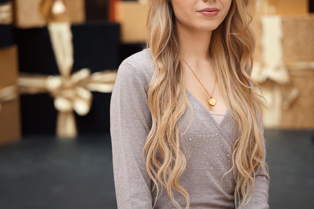 Bonprix beigefarbenes Kleid mit V-Auschnitt - Detailbild
