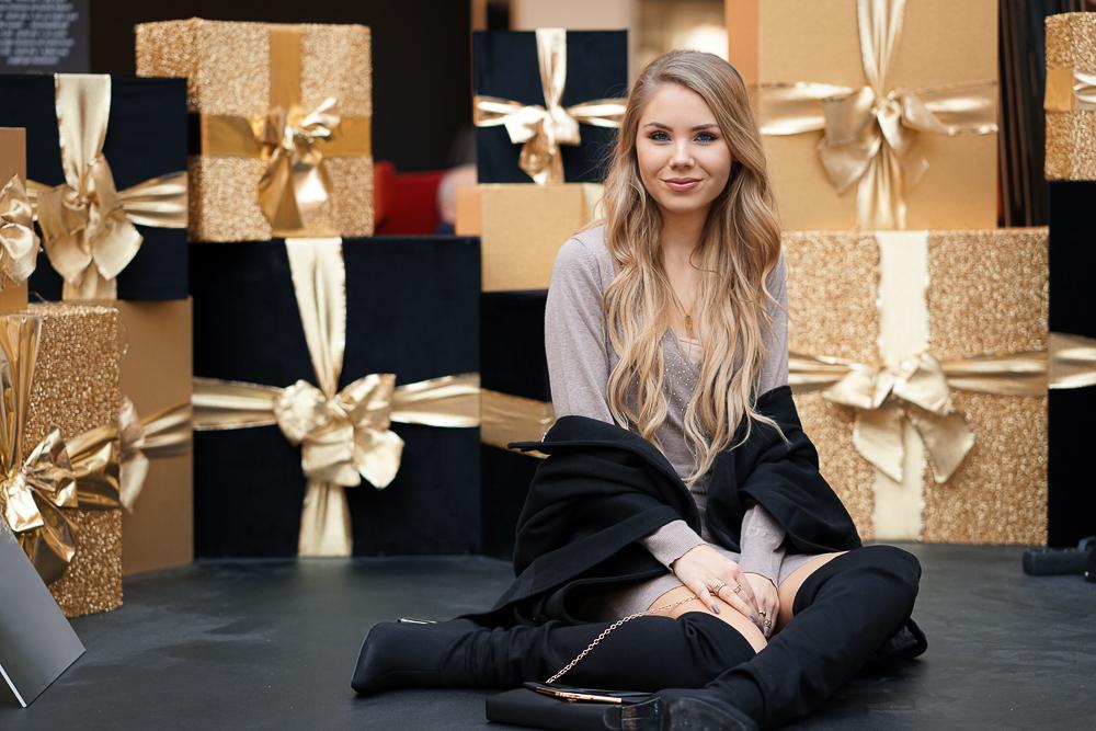 Fashionblog Weihnachtsoutfit Inspiration 2018 - Weihnachtskleid - Overknee Stiefel - Poncho - Clutch - Bonprix