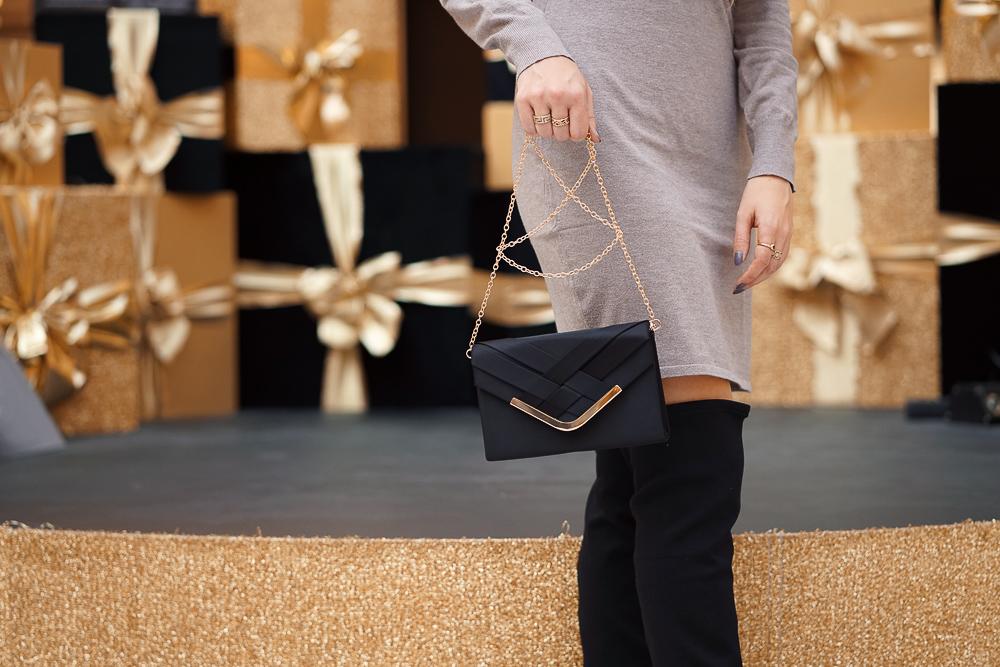 Schwarze Overknees mit weitem Schaft - Clutch im Cuvert Design