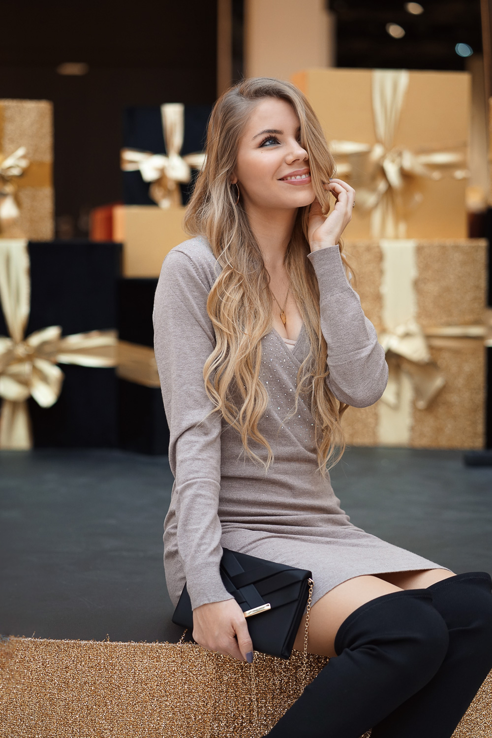 festliches Weihnachtskleid - schwarze Overknee Stiefel - Clutch - Bonprix