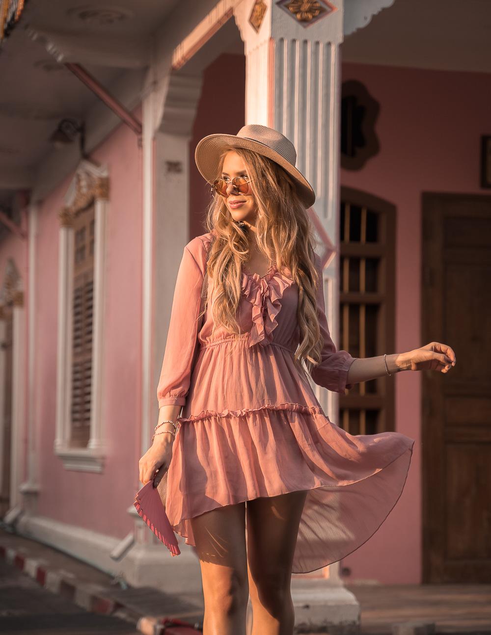Rosa Rüschenkleid mit Hut