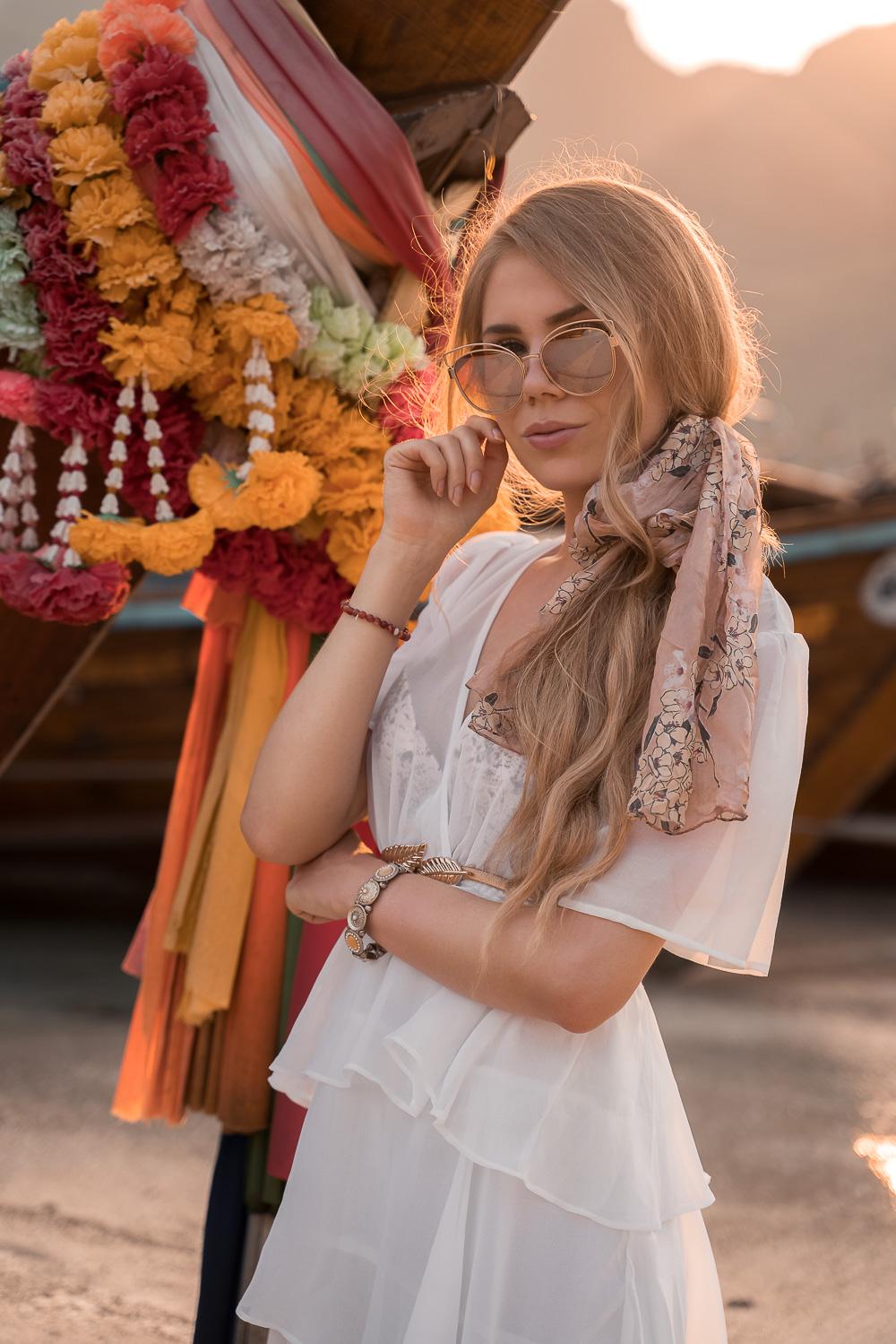 Weißes Sommerkleid-Haarband-Sonnenbrille