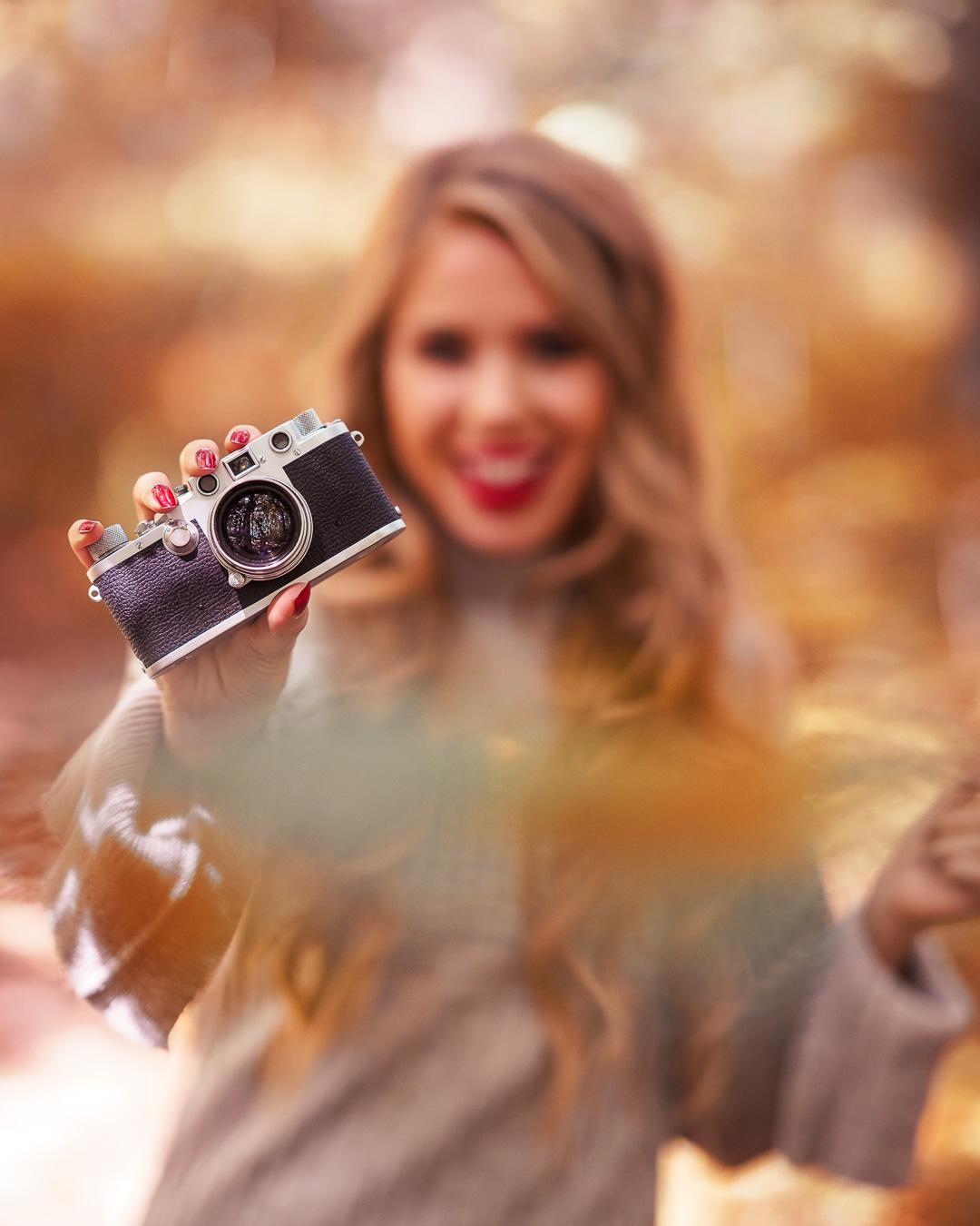 Fröhliches Herbstfoto mit einer Retro Kamera