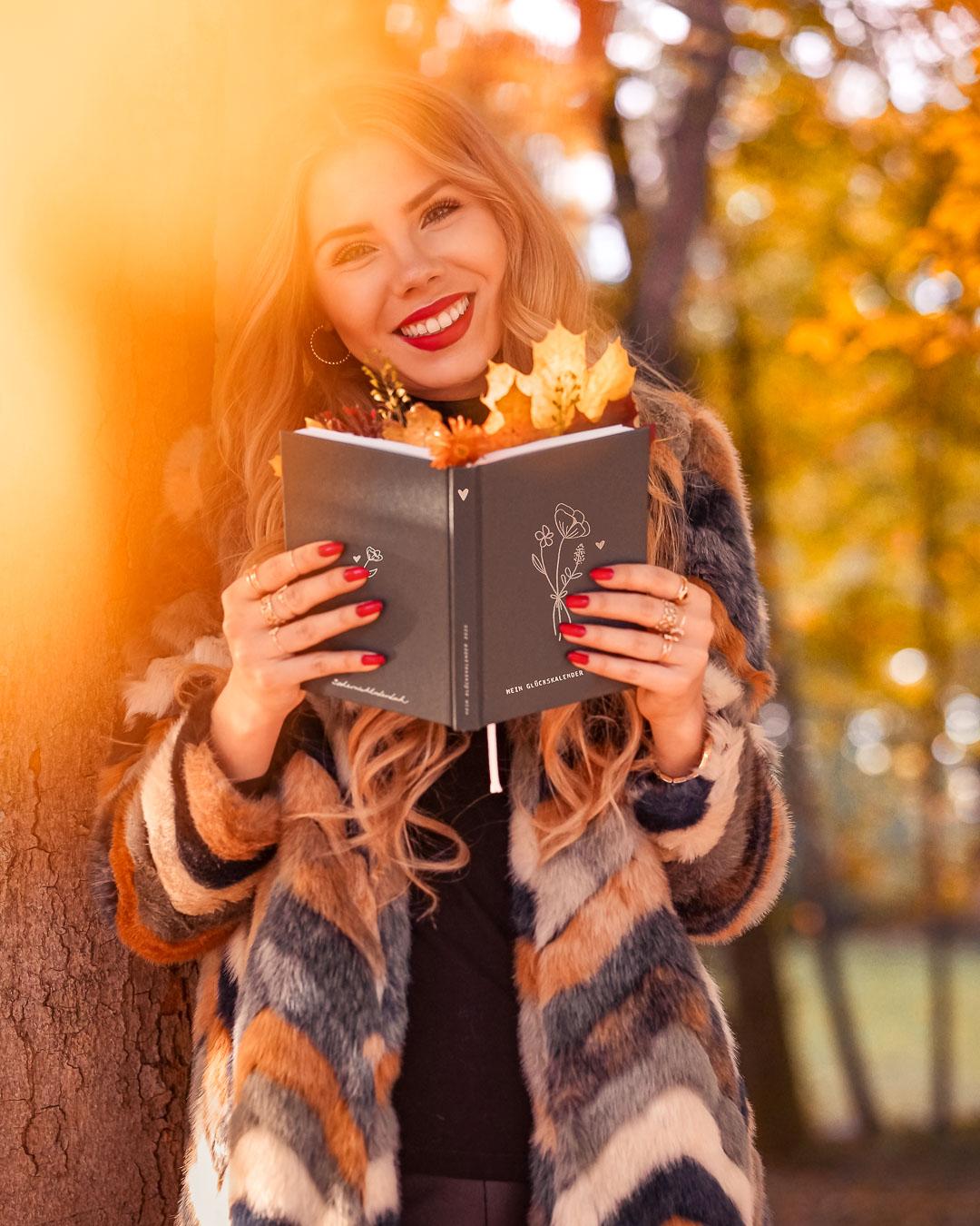 Herbst Fotoidee mit Buch in der Natur