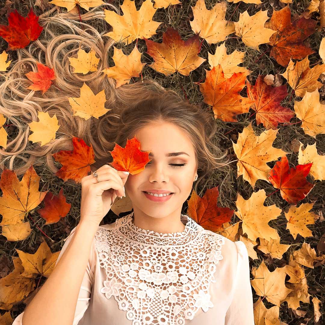Instagram Herbst Foto Idee liegend im Laub