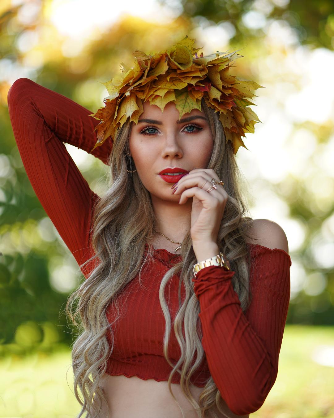 Unbearbeitetes Herbstfoto mit grüner Natur und Herbstkrone