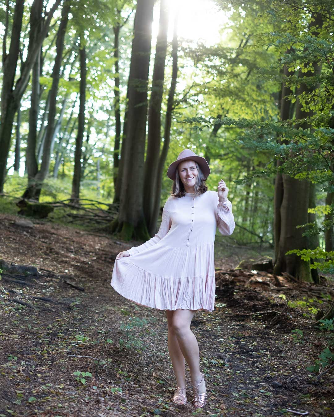 Mädchenhafte Fotoidee im Wald