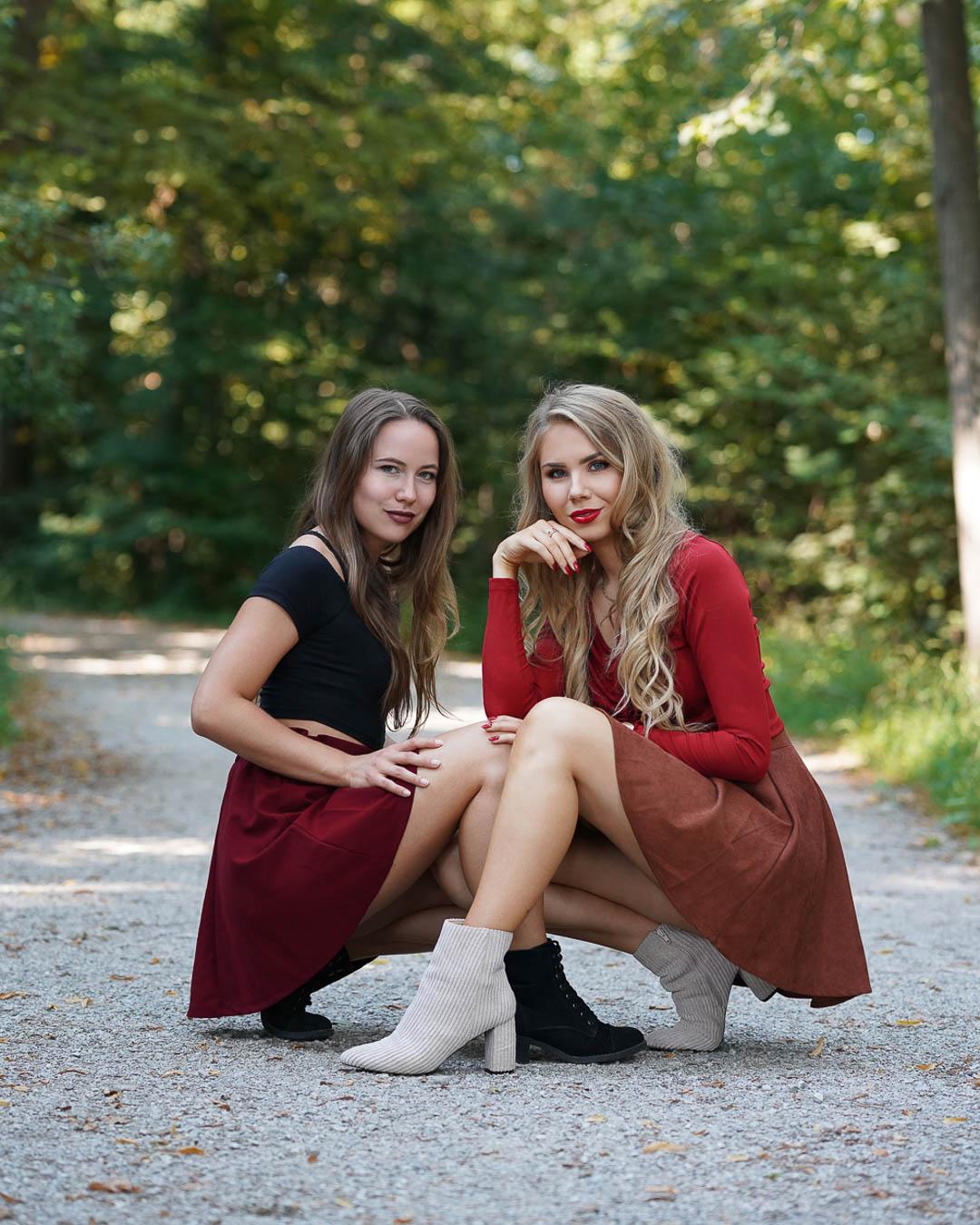 Herbstliche Freundschaftsbilder im Wald ohne Filter