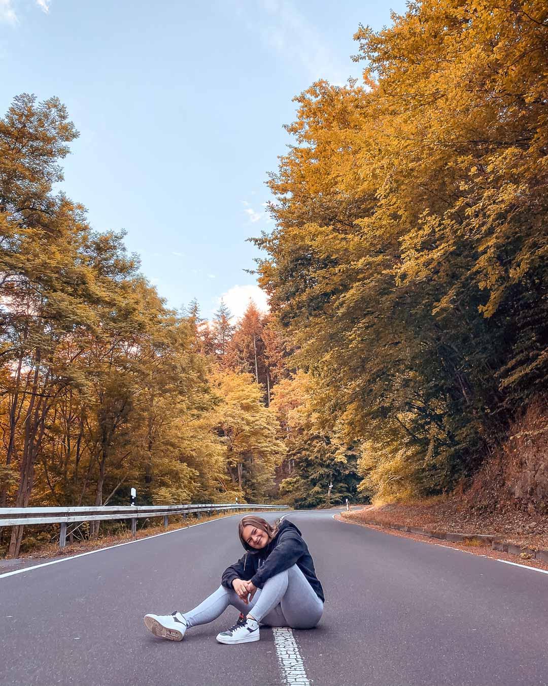 Herbst Fotoidee auf der Straße Ganzkörper